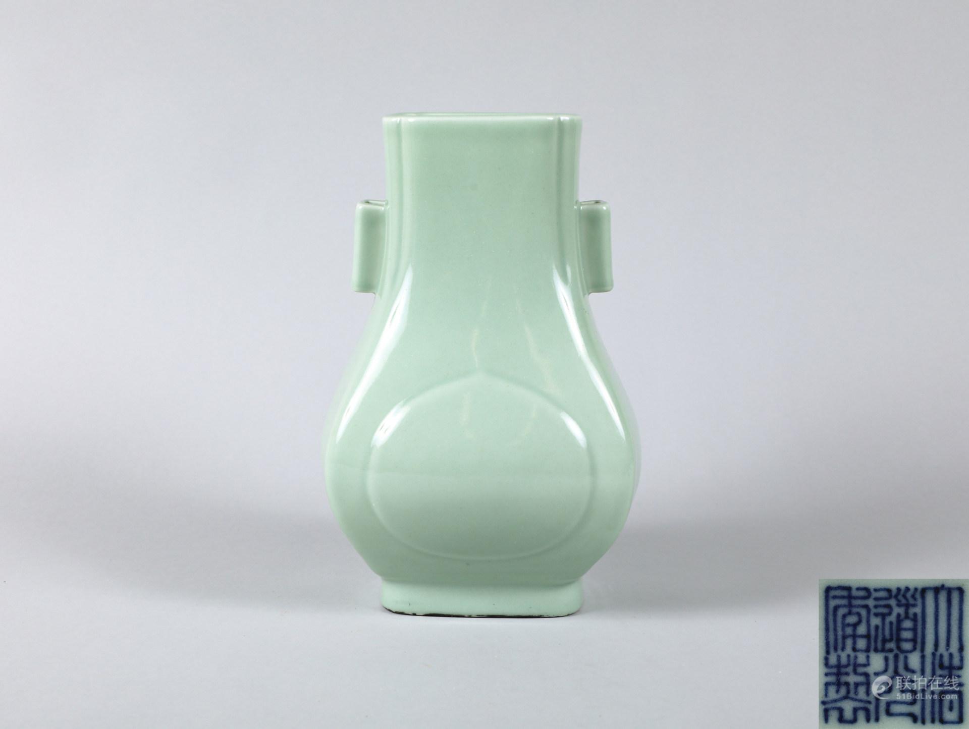 清 大清道光年製款 青釉貫耳瓶