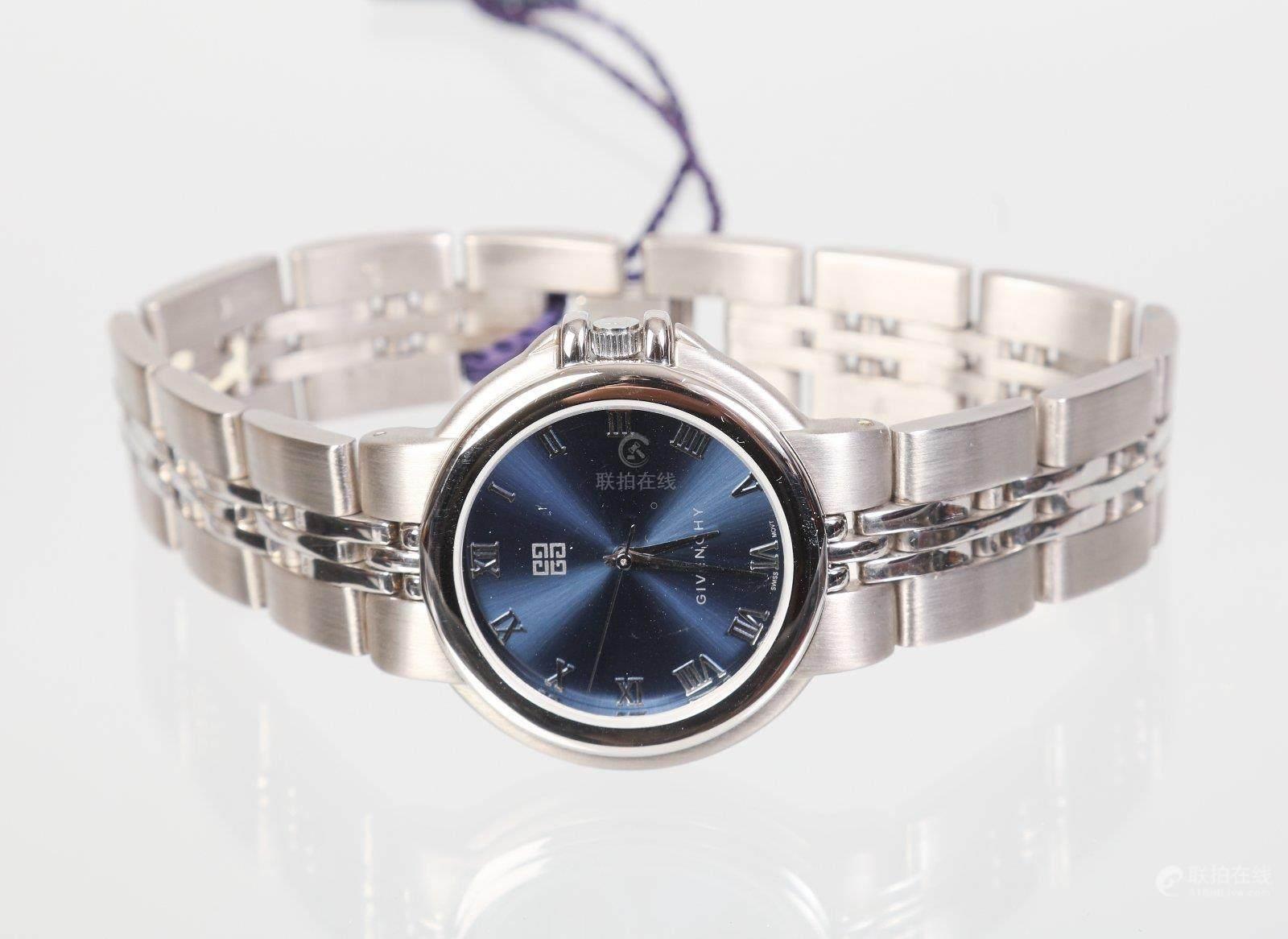 2ae2ac65941 GIVENCHY Montre bracelet d homme en acier fond bleu mouvement quartz  Longueur 21 cm
