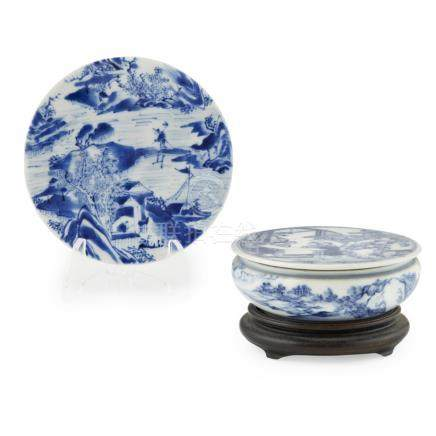 SMALL BLUE AND WHITE CIRCULAR BOX AND COVERQING DYNASTY, 19TH CENTURY the flat cover finely