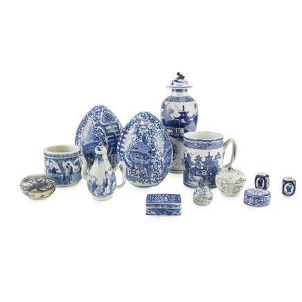 ASSEMBLED GROUP OF BLUE AND WHITE PORCELAIN19TH/20TH CENTURY comprising: a pair of porcelain '