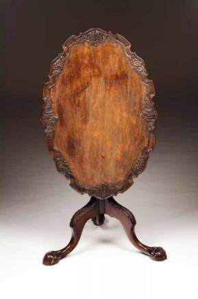 A D. João V (1707-1750) oval tripod table Ebonized wood Oval scalloped and carved tilt-top Carved