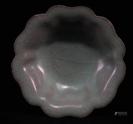 哥窯花瓣形口碗