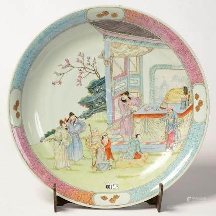 """Plat rond en porcelaine polychrome de Chine au décor aux """"Pe"""