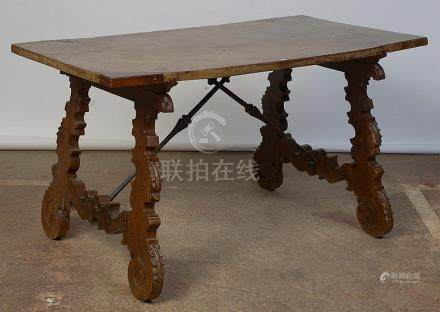 Grande table en noyer massif reposant sur un piétement sculp
