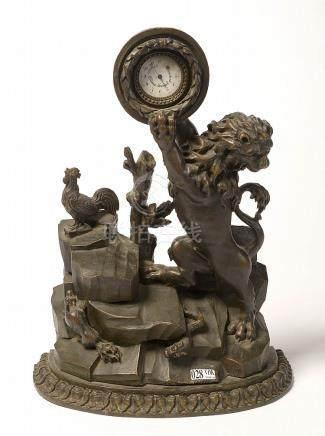 """Porte-montre en bois sculpté et peint en brun décoré d'un """"L"""