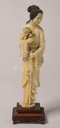 """""""Femme à la pivoine"""" en ivoire sculpté reposant sur un socle"""