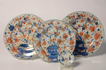 Ensemble de quatre porcelaines polychromes Imari comprenant