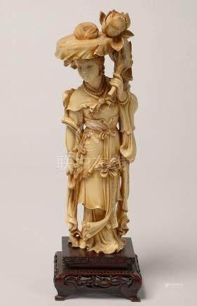 """""""Femme à la fleur de lotus"""" en ivoire sculpté reposant sur u"""