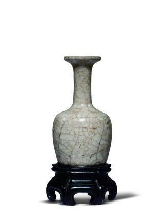 明米色釉盘口小瓶