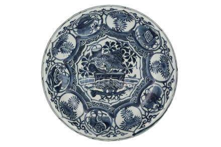 A LARGE 'KRAAK' BLUE AND WHITE DISHMing dynasty, early 17th century35 cm di