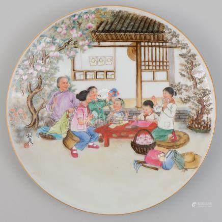 Plato en porcelana china para colgar. Trabajo Chino, Siglo XX