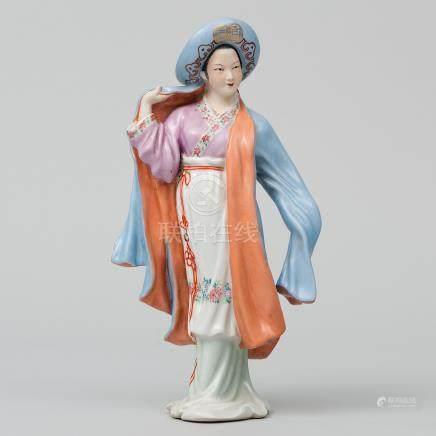 """Dama con Sombrero"" Figura escultórica en porcelana china. Trabajo Chino, Siglo XX."