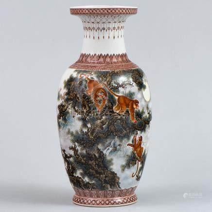 """""""Monos entre las ramas"""" Jarrón en porcelana china. Trabajo Chino, Siglo XX."""