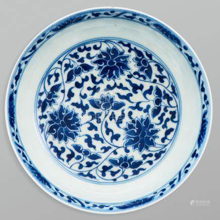 Plato circular en porcelana china azul y blanca. Trabajo Chino, Siglo XX.