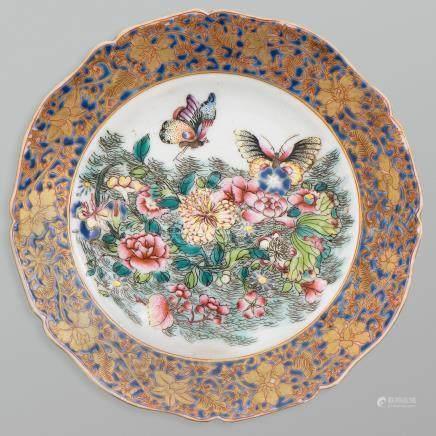 Plato circular de perfil polilobulado en porcelana china. Trabajo Chino, Siglo XX.