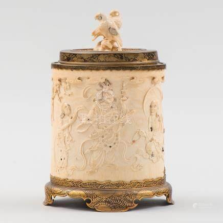 Bote japonés de forma circular en marfil tallado. Trabajo Japonés Siglo XIX.