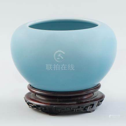 Recipiente en porcelana china color azul celeste. Trabajo Chino, Siglo XX.
