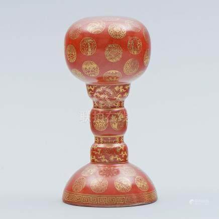Porta sombrero en porcelana china color rojo. Trabajo Chino, Siglo XX.