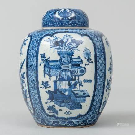 Tibor en porelana china color azul y blanco. Trabajo Chino, Siglo XIX-XX.
