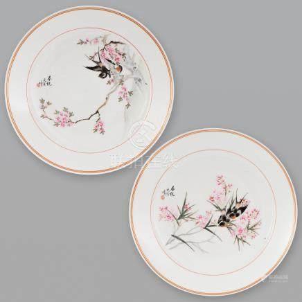 Pareja de platos en porcelana china. Trabajo Chino, Siglo XX