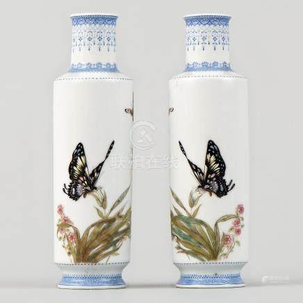 Pareja de jarroncitos en porcelana china azul y blanca. Trabajo Chino, Siglo XX