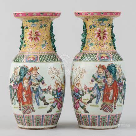 Pareja de jarrones en porcelana china familia amarillo. Trabajo Chino, Siglo XIX- XX.