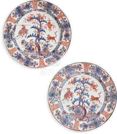 A PAIR OFDUTCH-DECORATED CHINESE BLUE AND WHITE PLATES THE