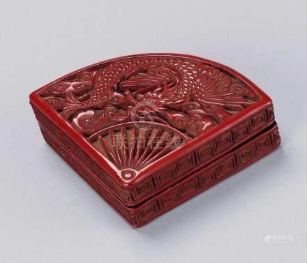 明 剔红扇形香盒