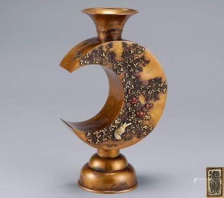 旭峰造黄铜花鸟镶嵌三日月形花瓶