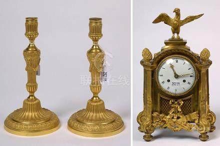 Pendule de style Louis XVI en bronze ciselé et doré surmonté
