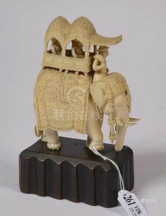 """""""Éléphant"""" en ivoire sculpté. Travail indien. Epoque: fin XI"""