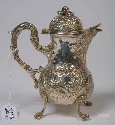 Petite verseuse quatripode de style Louis XV en argent porta