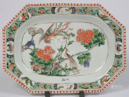 Plat rectangulaire en porcelaine polychrome de Chine décoré