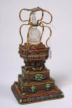 """""""Stupa"""" en cuivre doré muni de quatre serpents et serti de t"""