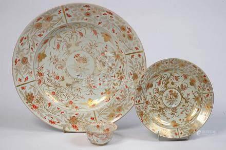 Ensemble de trois porcelaines polychromes comprenant un peti