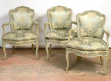 Suite de trois fauteuils cabriolets de style Louis XV en boi