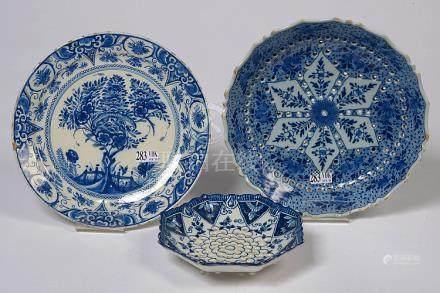 Ensemble de trois faïences bleues et blanches de Delft compr