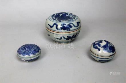 Trois boîtes en porcelaine bleu blanc Chine