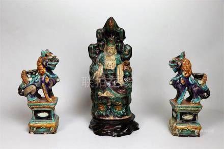 Statuette de Guanyin et paire de chiens de Fô en grès émaillé aubergine