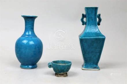 Deux petits vases et une mangeoire à oiseaux en biscuit émaillé turquoise Chine