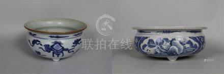 Deux brûle-parfums tripodes en porcelaine bleu blanc Chine
