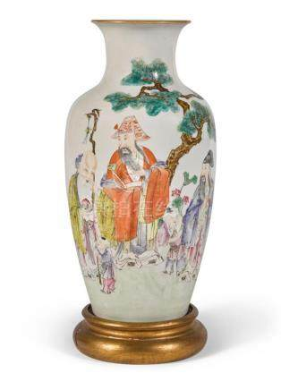 A CHINESE FAMILLE-ROSE VASE, LATE QING DYNASTY |