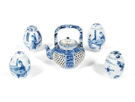 A blue and white reticulated teapot and cover Kangxi (5)