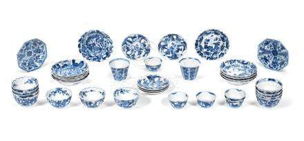 A large group of blue and white tea bowls and saucers Kangxi (36)