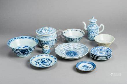 A SET OF 13 SMALL BLUE AND WHITE PORCELAIN UTENSILS