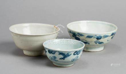 THREE SMALL CHINESE PORCELAIN BOWLS