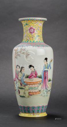 A FAMILLE ROSE PORCELAIN VASE WITH COURT LADIES
