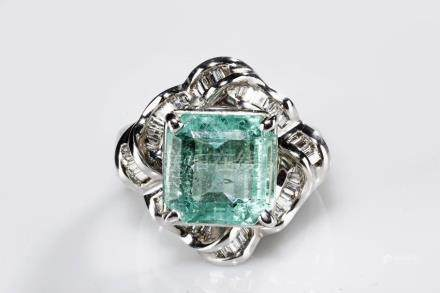 A NATURAL COLOMBIAN EMERALD DIAMOND RING