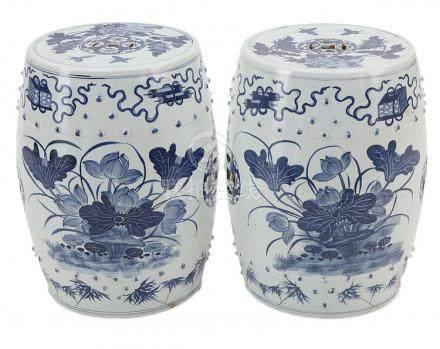 Paar tonvormige zitjes. Chinees porselein. Onderglazuurblauw