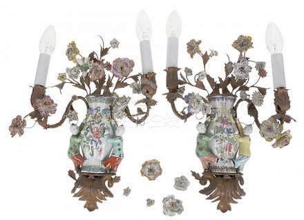 Paar twee-armige muurapplieken. Chinees Famille Rose porsele
